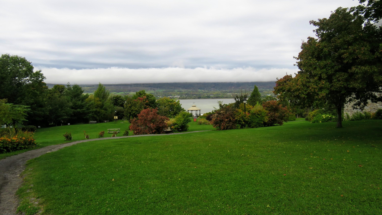 Parc des Ancêtres, avec monuments commémoratifs et aires de pique-nique