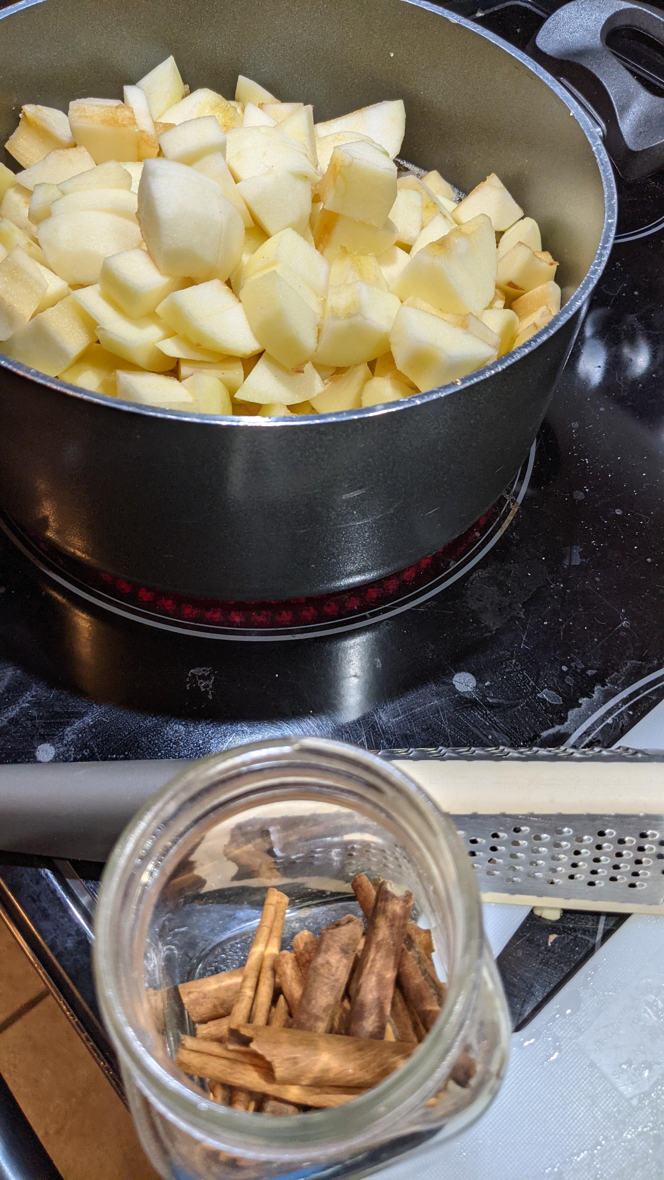 Pommes en cuisson et cannelle